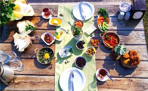 Urla Çuha Bahçe'de Enfes Lezzetler Eşliğinde Serpme Kahvaltı