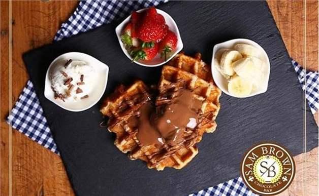 Alsancak Sam Brown Chocolate Cafe'de Seçmeli Kahve ve Yanında Enfes Sunumu ile Waffle Keyfi